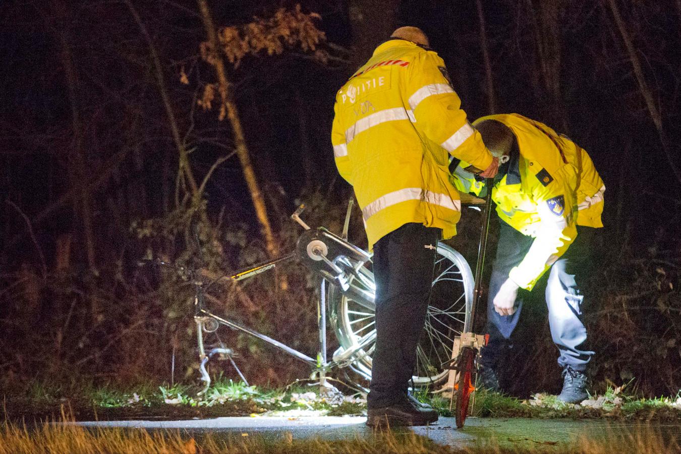Onderzoek op een plaats waar een ongeluk met een fietser gebeurde.