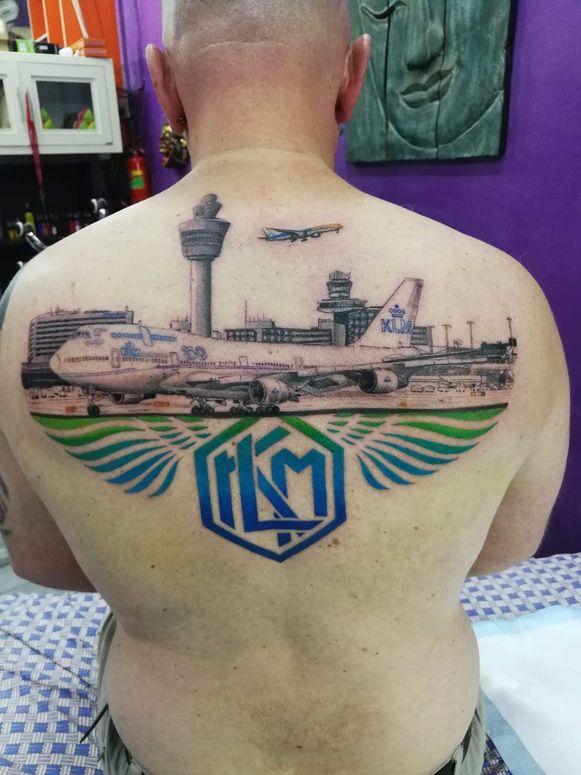 De tatoeage van Dirco Wit met het eerste KLM-logo en zijn favoriete vliegtuig