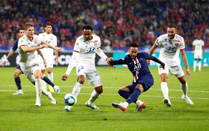Neymar schiet raak, Tete kijkt toe.
