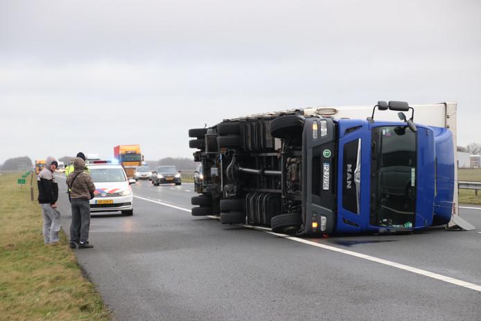 Een vrachtwagen blokkeert de A6.