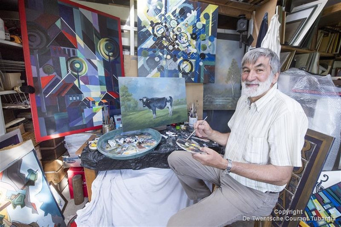 De Vriezenveense amateurschilder, kunstkenner en redacteur van het historisch tijdschrift Waver 't Vjenne, Jan Nijkamp in zijn atelier.