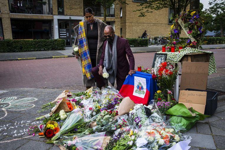 Bloemen worden gelegd bij een monument ter ere van de op 14 maart na een hardhandige arrestatie in Zwolle overleden Tomy Holten.  Beeld EPA