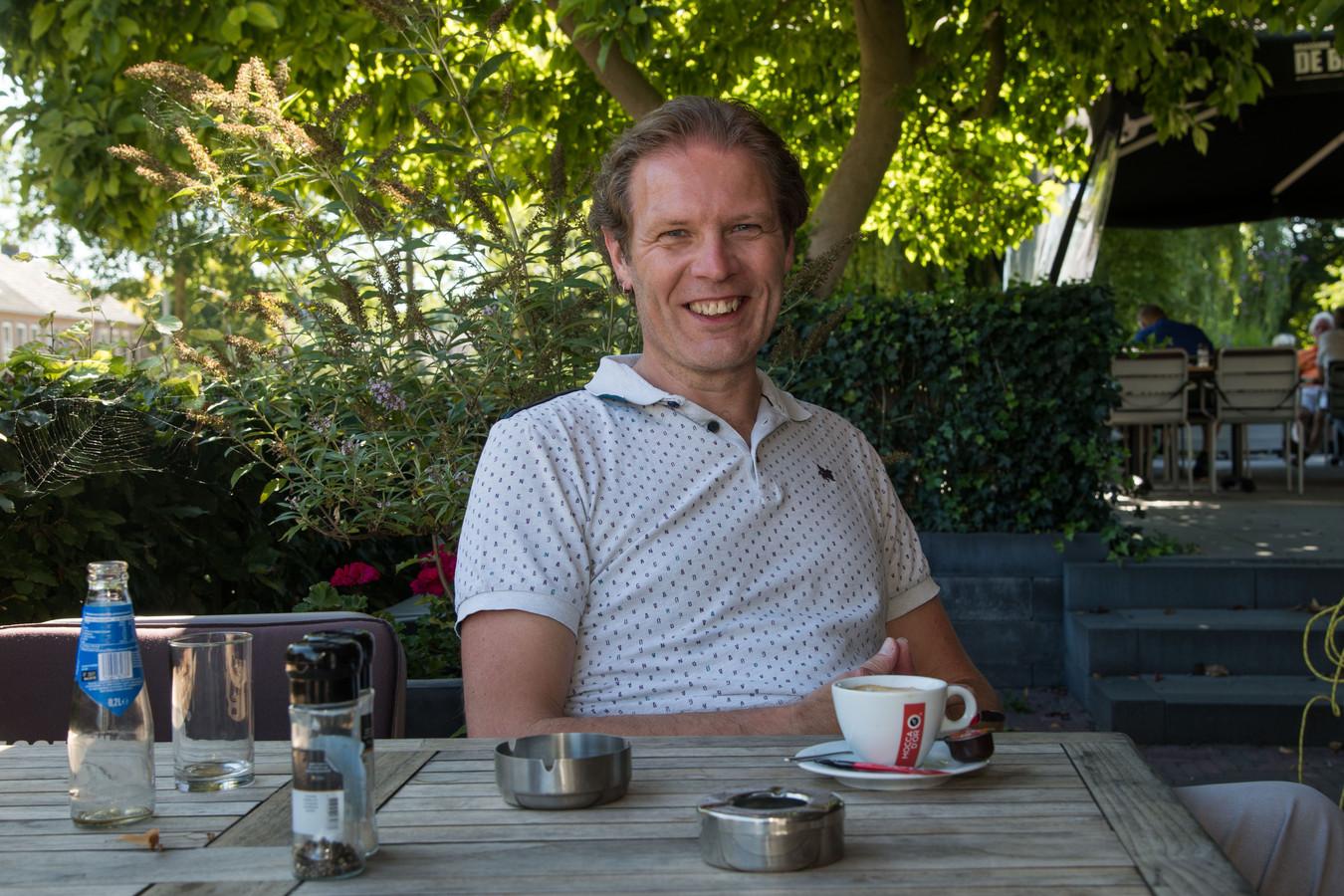 Wethouder Marcel Companjen van Harderwijk roept op Twitter de vraag op of er rookvrije terrassen moeten komen.