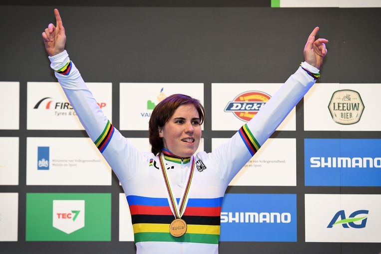 Sanne Cant met haar gouden medaille na het WK veldrijden in Valkenburg.