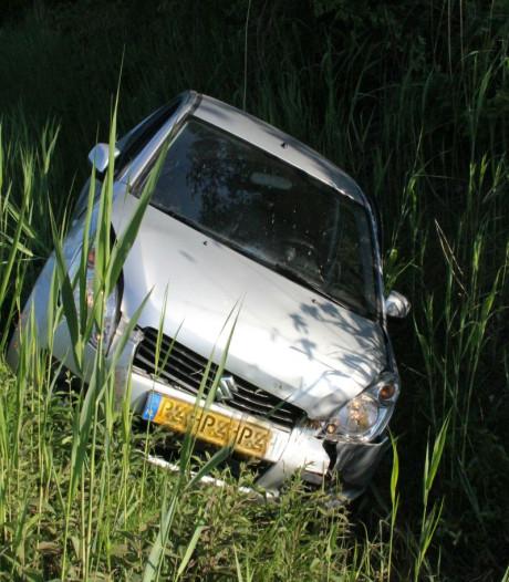 Vrouw (60) belandt met auto in de sloot in Goor