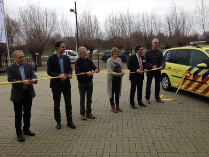Vertegenwoordigers van de gemeente, het ziekenhuis, de buurt, de RAV en de huisartsen verrichten de officiële opening van de ambulancepost