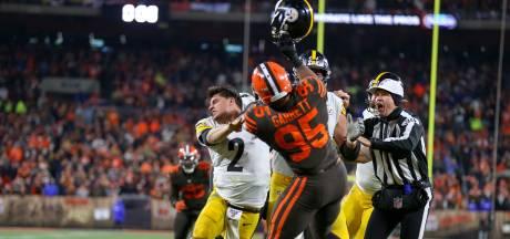 Doorgedraaide NFL-speler slaat tegenstander met helm op hoofd
