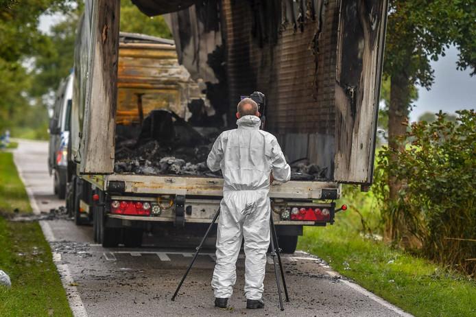 Forensisch onderzoek bij de vrachtwagen in Ter Aar.