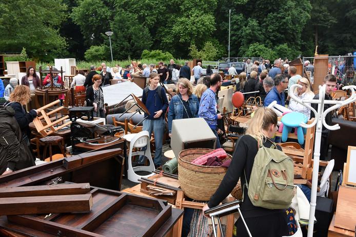 Onlangs liep de organisatie achter Rommeldam, de jaarlijkse rommelmarkt in Dubbeldam, nog tegen een bulk regelgeving aan.