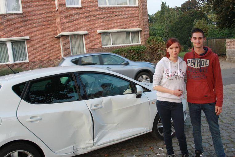 Jessica Cherlet (22) en Arne Cuvelier (22) bij hun toegetakelde Seat Ibiza.