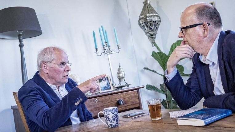 Bert Keizer (links) in gesprek met Stijn Fens over zijn nieuwe boek en het geloof. Beeld Patrick Post