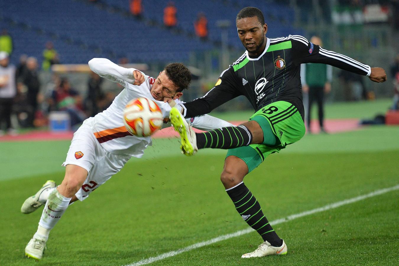 Miquel Nelom namens Feyenoord in actie tegen AS Roma.