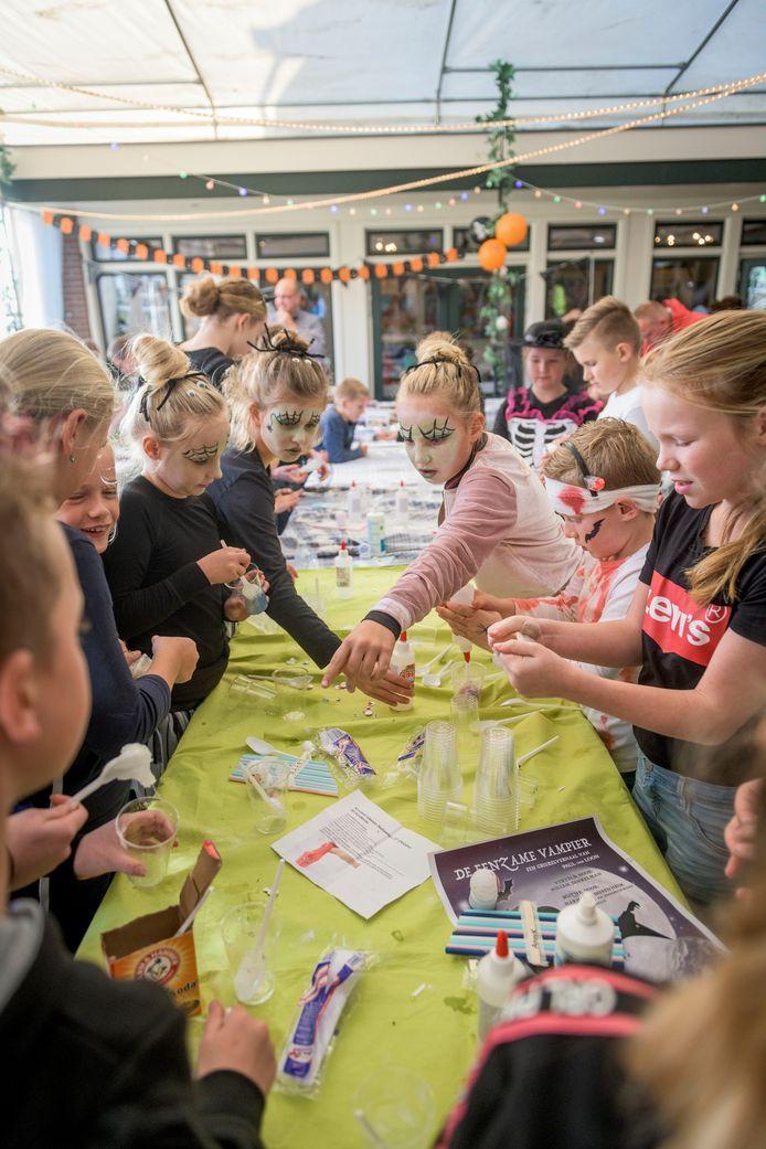 In zaal Beltman namen zaterdag ruim 60 kinderen deel aan acticiteiten rond Halloween.