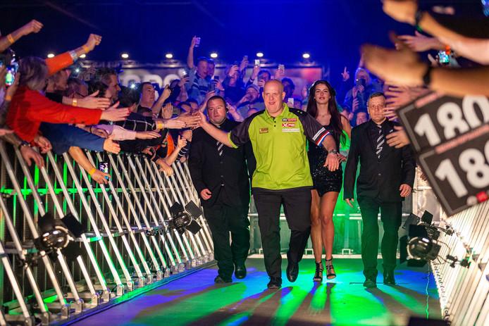 Michael van Gerwen kreeg bij zijn thuisduel in de Brabanthallen een ongekend onthaal van de dartsfans.