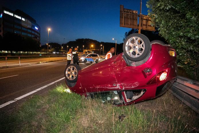 De auto kwam op de kop tot stilstand