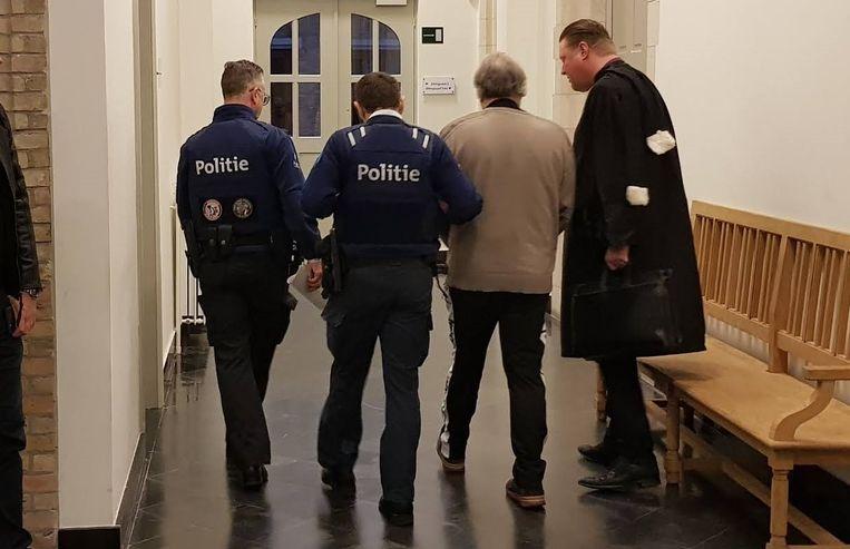 Eddy V. wordt na het aanhoren van zijn straf terug naar de gevangenis gebracht.