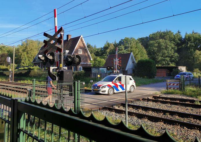 De politie heeft een man gearresteerd die langs het spoor liep tussen Ede-Wageningen en Wolfheze.