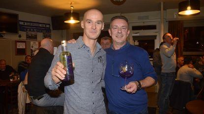 Stefan Everts laat cafébezoekers proeven van eigen gin