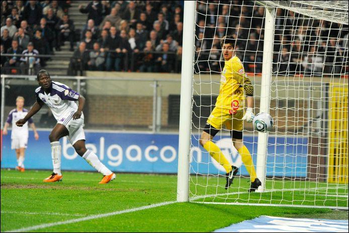 Lukaku klopt Courtois een tweede keer in een play-offwedstrijd in april 2011.
