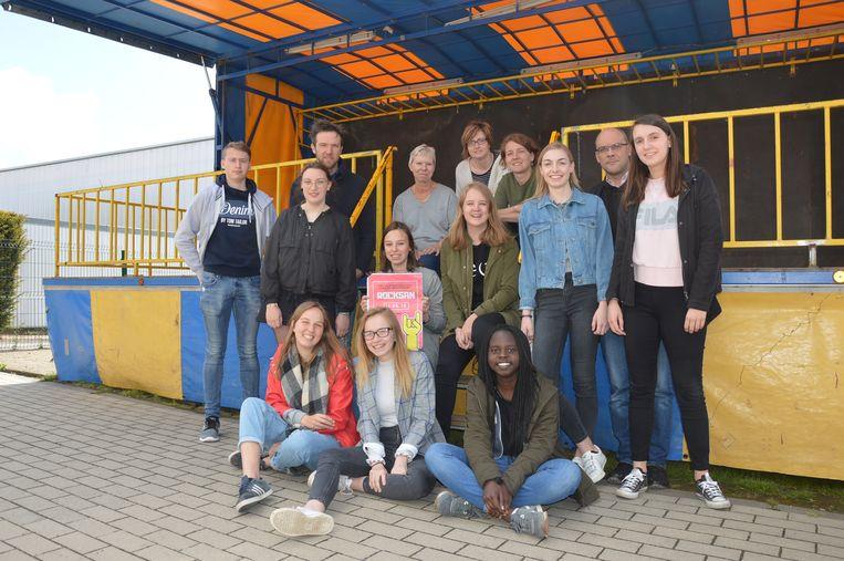 De organiserende leerlingen en leerkrachten bij het podium voor Rocksan in het Sint-Aloysiuscollege.