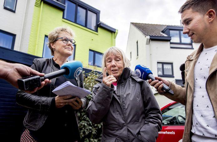 Een rechter nam eerder samen met Ineke van Amersfoort (R) een kijkje bij het groene huis.