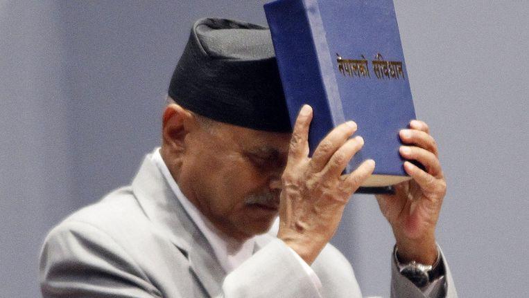 President Ram Baran Yadav met de nieuwe grondwet. Beeld ap