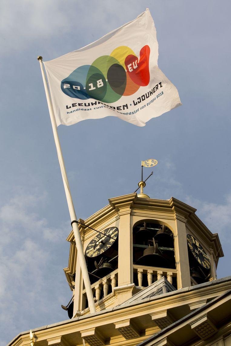 De vlag met het logo van Leeuwarden Culturele Hoofdstad 2018 bovenop het stadhuis Beeld anp