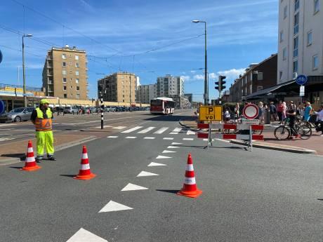 Verkeersregelaars sluiten wegen naar Scheveningse strand, parkeergarages zijn vol