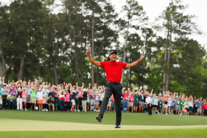 Tiger Woods juicht na zijn zijn laatste putt.