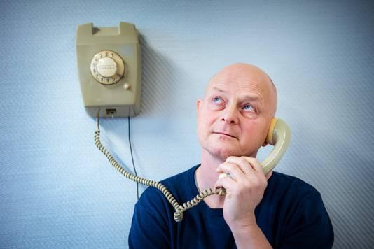 Leo Willems met de door hem ontwikkelde Wonderfoon.