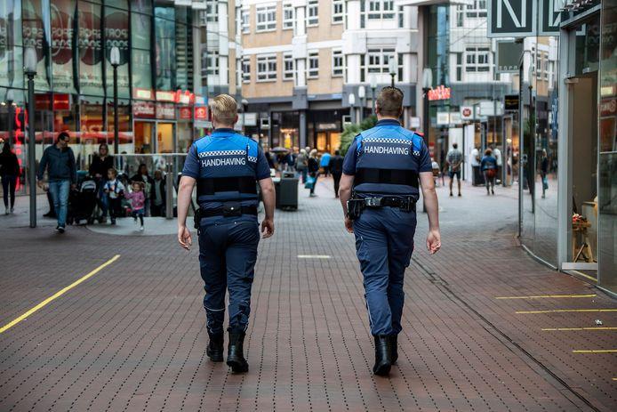 Handhavers surveilleren door het Stadshart in Zoetermeer.