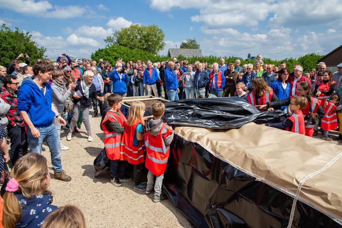 Kinderen die hielpen bij het opgraven, onthullen de Romeinse kano.