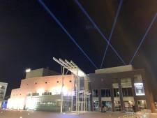 Bundels licht boven Theater De Leest als 'lichtpuntjes' tegen coronavirus