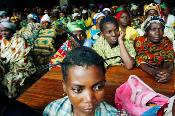 Congolese vrouwen die na verkrachting of ander geweld in een ziekenhuis in de Congolese stad Bukavu zijn opgenomen, luisteren naar een toespraak van VN-chef humanitaire hulp John Holmes in september 2007.