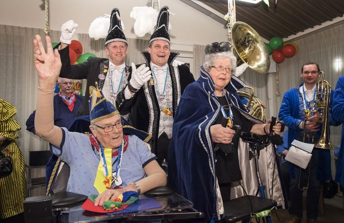 Nieuwe carnavalsvereniging De Oale Garde wordt gepresenteerd. Prins Jan en hofdame Gerda worden aan het publiek bekent gemaakt door Prins Paul en adjudant Bart van de Papsleef'n op Erve Mensman.