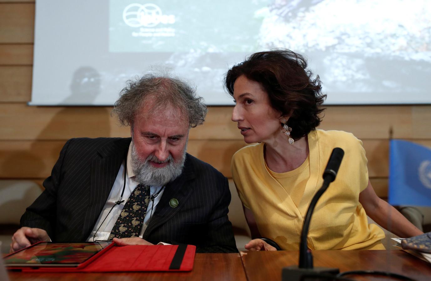 Audrey Azoulay, directeur-generaal van UNESCO en voorzitter Chair Robert Watson (links) van het  IPBES (Intergovernmental Science-Policy Platform on Biodiversity and Ecosystem Services) maandag tijdens de persconferentie