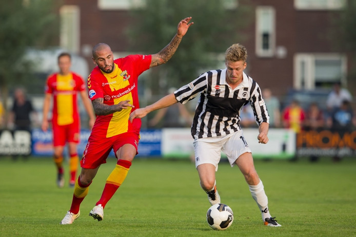 Rick Hemmink (r) in duel met Joey Suk van Go Ahead Eagles.