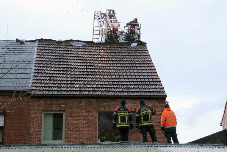 Brandweer en Civiele Bescherming leggen een zeil over het dak - Turnhout - 31-1-2018 - Tekst : JVN