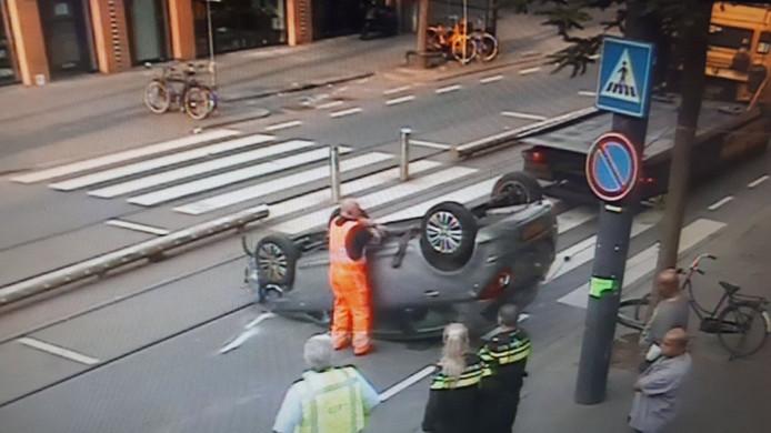 Op de West-Kruiskade is een auto over de kop geslagen.