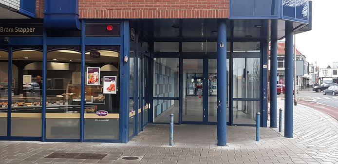 Het voormalige onderkomen van Albert Heijn staat nog leeg op de zaak van poelier Bram Stapper na. Naar verluidt wil Aldi voor Pasen er zijn supermarkt openen.