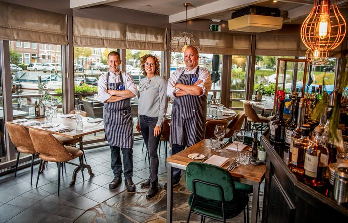 De eigenaren Raymond van 't Hoofd (l) en Wendy van Agthoven, met chef-kok Jan Willem Vriend van De Dukdalf in Woerden.