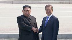 Historisch moment: Kim Jong-un steekt grens met Zuid-Korea over, Koreaanse leiders schudden elkaar voor het eerst in tien jaar de hand