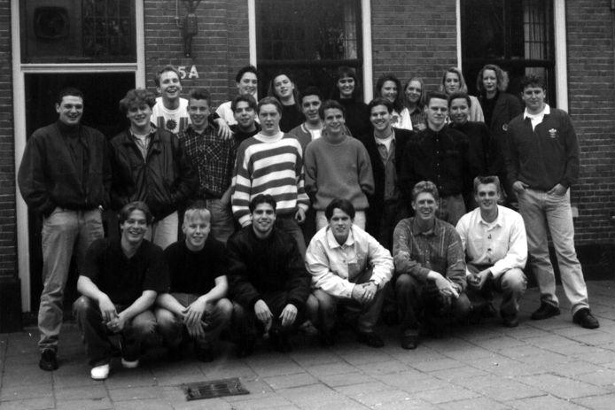 Carlo Brouwers (1e rij staand, 4e van rechts) was met zijn  vriendengroep kind aan huis bij café La Pipe in Valkenswaard. In zijn boek 'De kleine wereld van '89' vertelt hij over die tijd.