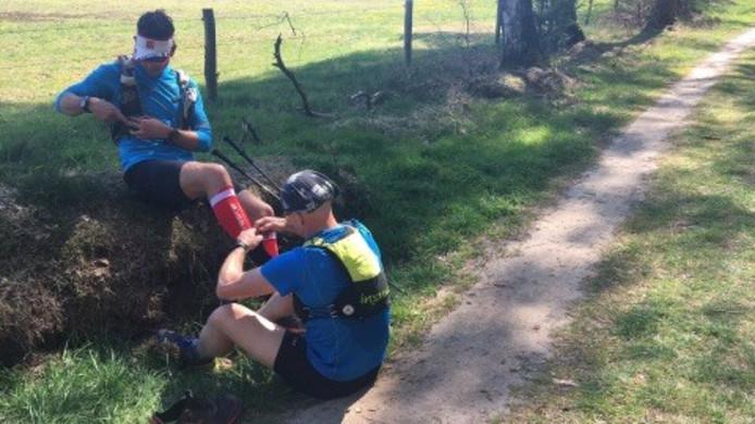 Wouter Huizing is bezig met het zo snel mogelijk afleggen van het Pieterpad van 500 kilometer en wordt verzorgd aan zijn blaren.