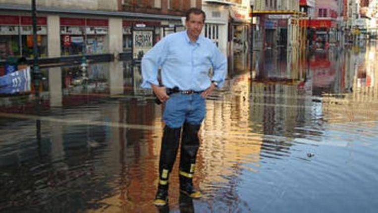 De NBC-presentator poseert in een overstroomde straat in de door Katrina getroffen stad.