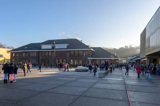 Internationale School: exterieur en schoolplein.