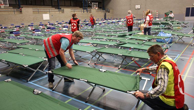 Bedden worden klaargezet in de sporthal van de Erasmus Universiteit van Rotterdam. Beeld anp