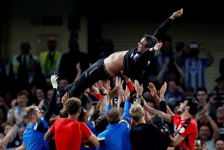Trainer David Wagner werd op Stamford Bridge in de lucht gesmeten door zijn spelers.