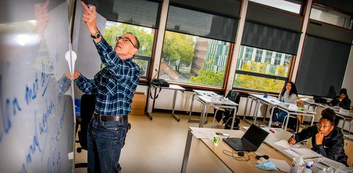 Projectleider Frans van der Vlugt voor de klas: ,,We hebben deze week meer dan 120 studenten die lessen volgen, ondanks dat het vakantie is.''