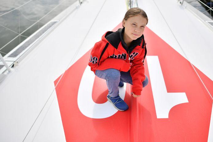Greta Thunberg poseert op het dek van de Malizia II